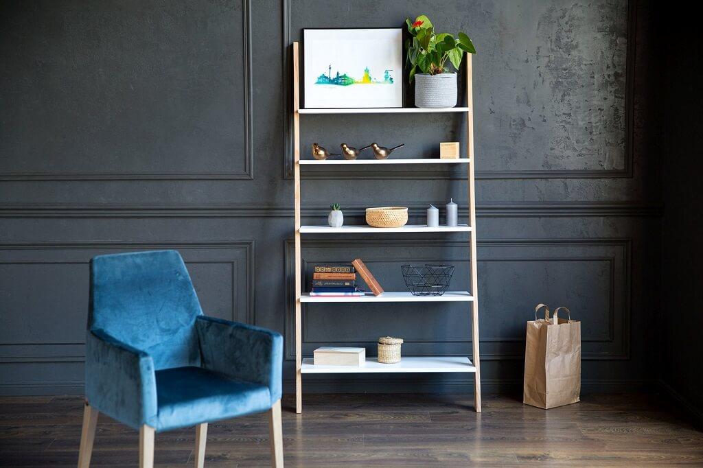 półka w kształcie drabiny w salonie